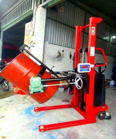 Xe nâng quay đổ phuy điện gắn cân 600kg