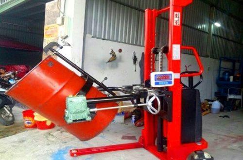 Xe nâng quay đổ phuy gắn cân giá rẻ tại HCM