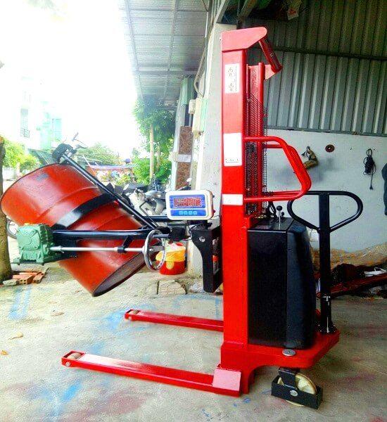 Xe Nâng Quay Đổ Phuy Điện Gắn Cân đang có sẵn tại Hưng Việt