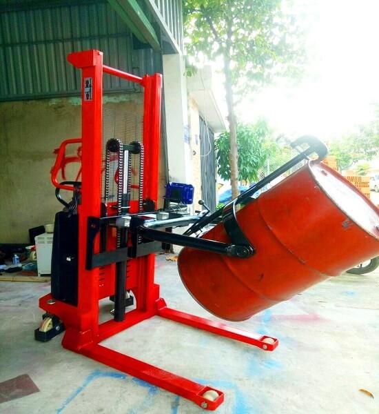 Xe nâng quay đổ phuy điện gắn cân có sẵn