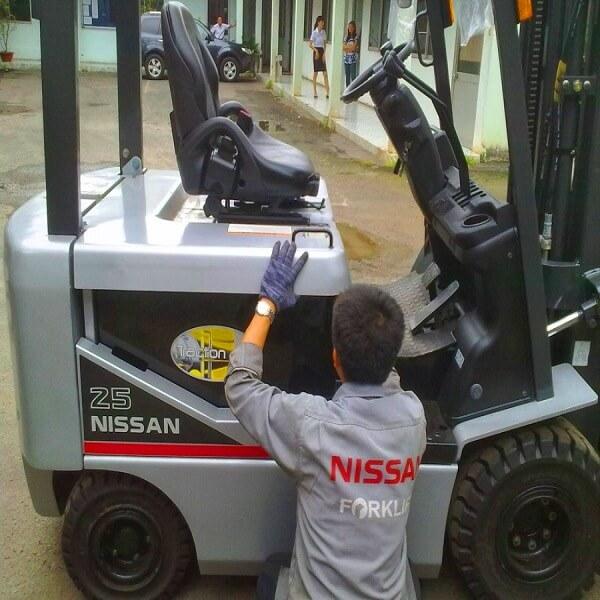 Bảo trì xe nâng điện ngồi lái hiệu Nissan