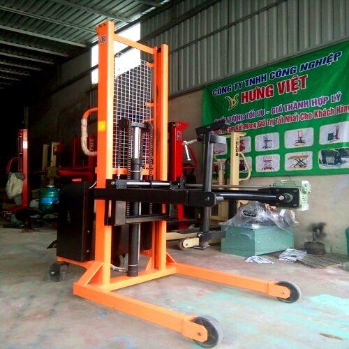 Xe nâng quay đổ phuy điện bán tự động có sẵn tại Hưng Việt