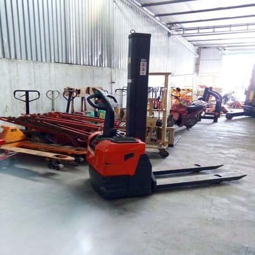 xe nâng điện cao 1 tấn lên 1m6 có sẵn tại Hưng Việt