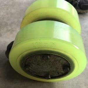 Bọc bánh xe nâng điện bằng PU Nhật Bản