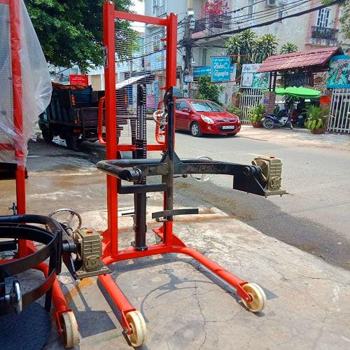 Xe nâng quay đổ phuy sắt 350kg cao 1,6m