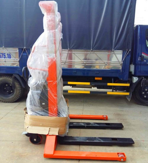 Đặt mua ngay xe nâng bán tự động có chân trụ phủ bì 1400mm tại Hưng Việt