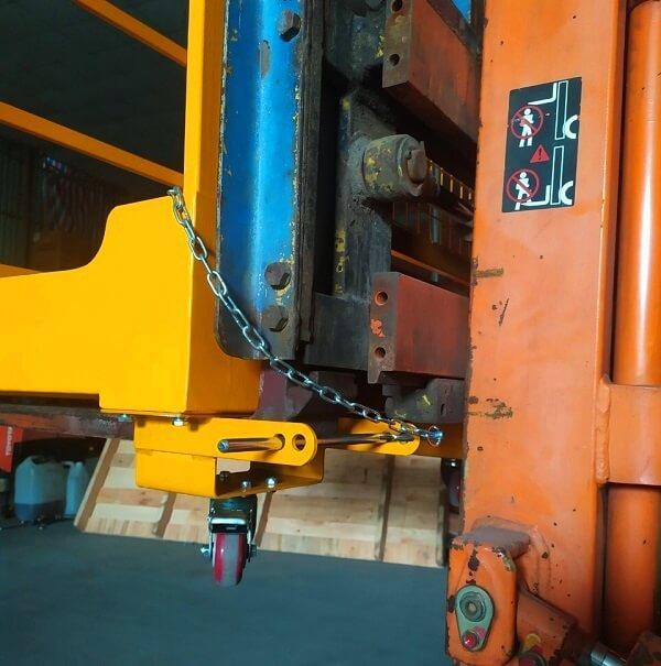 Cơ cấu móc khóa xích an toàn vào càng xe nâng