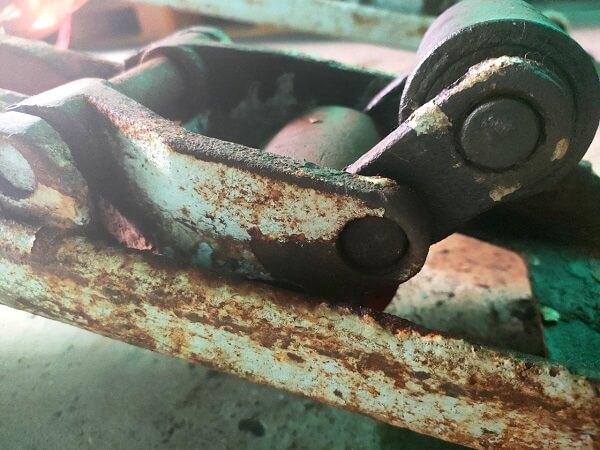 Càng gắn bánh trước xe nâng tay đã rỉ và hư hỏng, bạn phải thay nó ngay