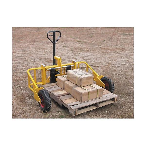Xe nâng pallet bánh lớn di chuyển trên đường gồ ghề và cát sỏi