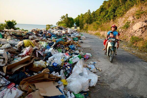 1 góc nhỏ nạn rác thải - Trong khi đó còn hàng nghìn điểm ô nhiễm như thế này