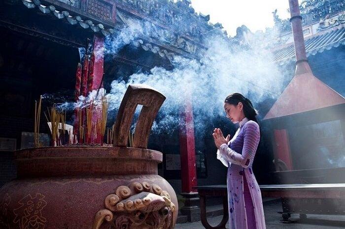 Đi chùa đầu năm để cầu bình an sức khỏe, cầu duyên phận và may mắn