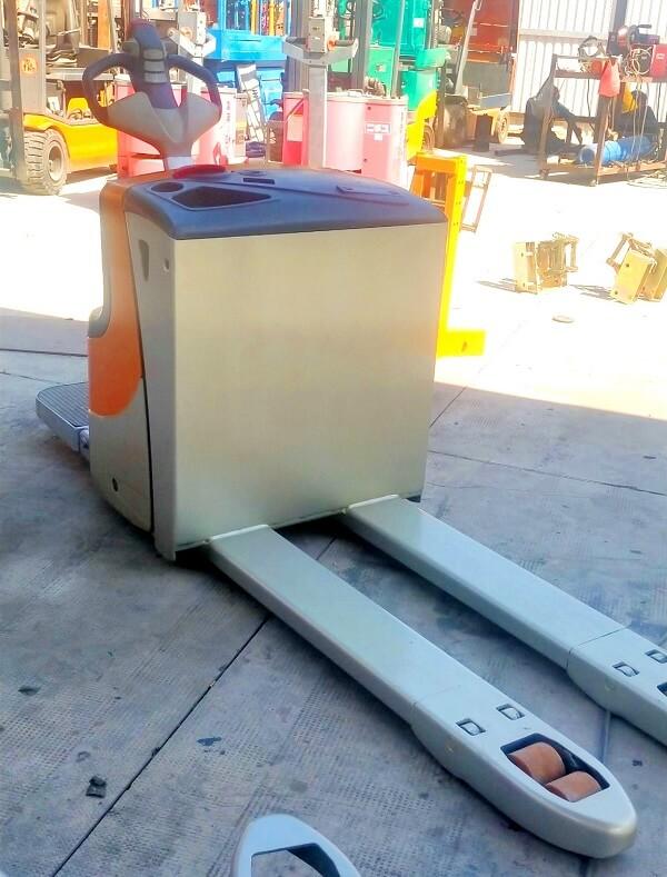 Đây là mẫu xe điện thấp nâng pallet di chuyển có bệ đứng cho công nhân