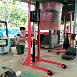 Xe nâng kẹp phuy cao 1400-2000mm tại Hưng Việt